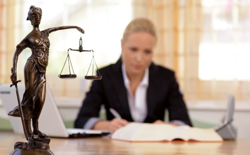 Какая зарплата у адвоката